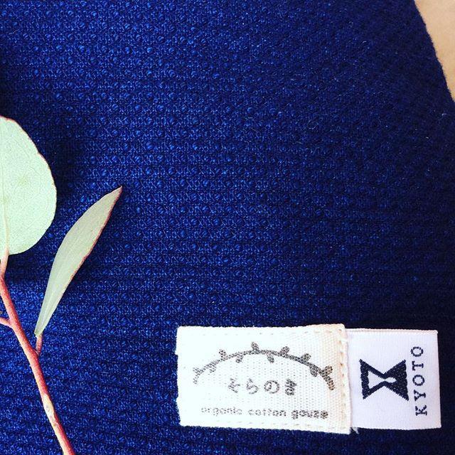 今月はファブリック特集です。今日ご紹介するのは備後絣(びんごがすり)のクッションカバー。  生地の丈夫さと心地よさを少しでも感じていただければと写真をアップで撮りました。  藍染の落ち着いた色と、絣の丈夫で肌触りの良さで近くにあると落ち着くクッションカバーです。 Today we'd like to introduce Bingo Kasuri fabric cusion cover. Kasuri fabric is similar to denim fabric, and ued for work uniform. It's s a strong fabric woven tightly, so you can wash it frequently, and have a pleaant texture.  #備後絣 #絣 #kasuri fabric #fabric #cusion #puree #pureekyoto #インテリア #ソファー #kyoto #オーガニックコットン #鞍馬口