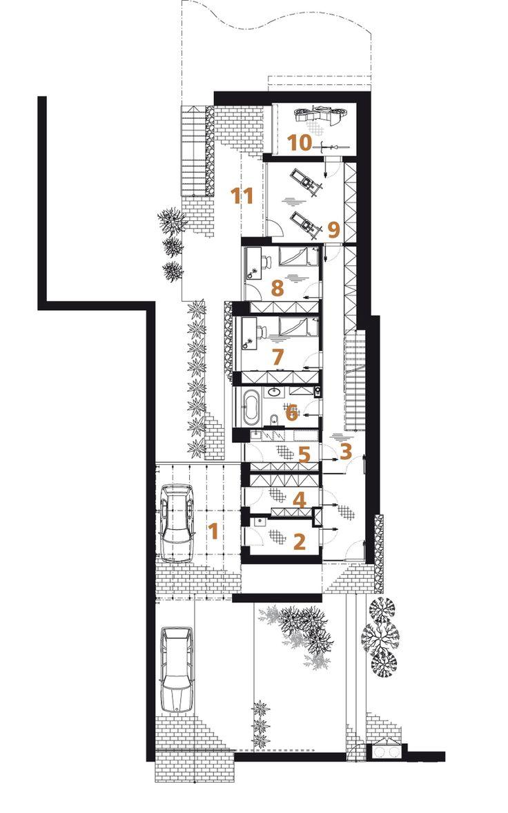Půdorys přízemí: 1) stání pro auto 2) zádveří 3) chodba 4) šatna 5) technické zázemí 6) koupelna + WC 7, 8) pokoj 9) odpočívárna 10) posilovna 11) terasa.