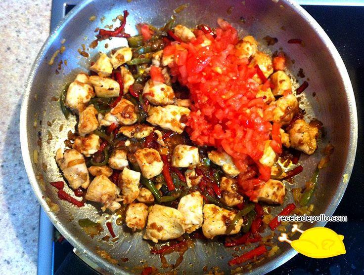 11. Una vez el pollo ha terminado añadimos el tomate picado y dejamos cocinar durante unos 5 minutos.