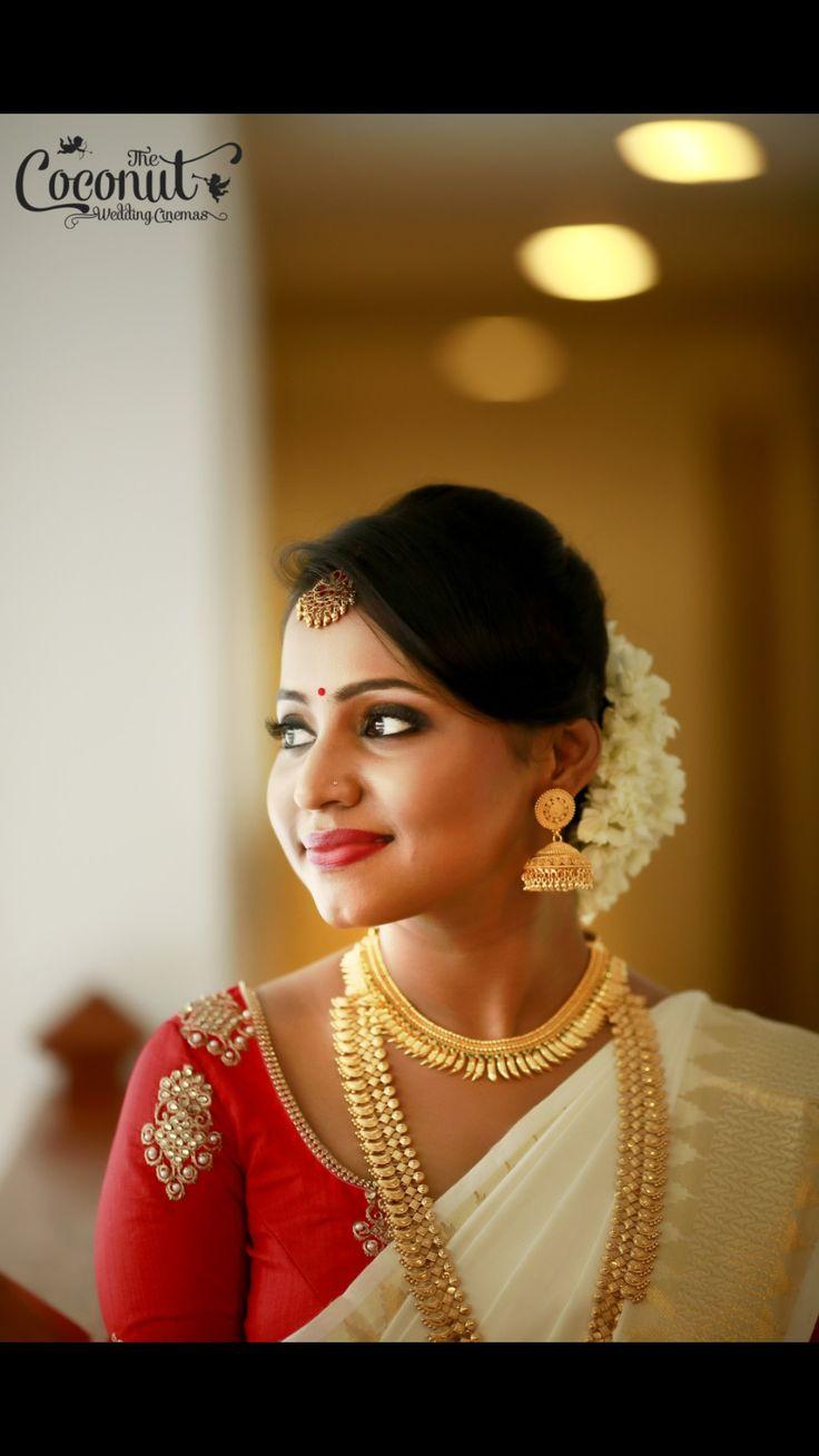 Indian bride. Kerala bride. Kerala wedding. Mallu wedding. Muhurtam looks. Temple wedding. Set saree. Half white saree. Kerala saree with red blouse contrast. Indian bride. Indian bridal looks.