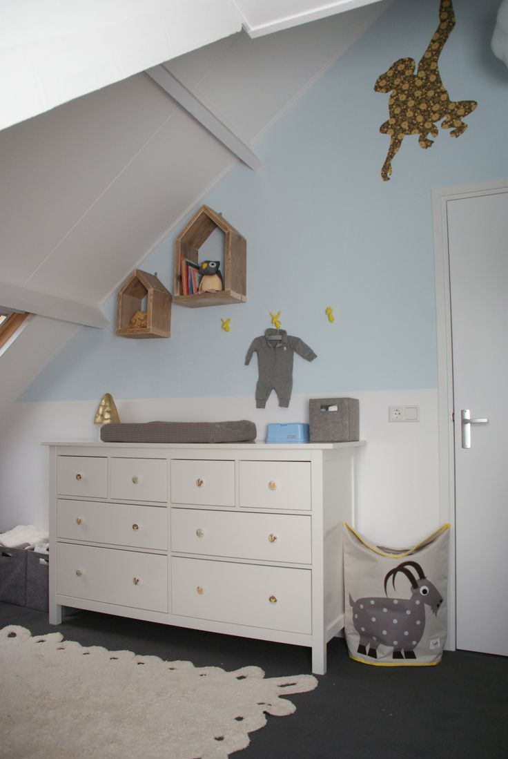 babykamer philippe in grijs lichtblauw en taupe met wasmand goat van 3sprouts houten huisjes. Black Bedroom Furniture Sets. Home Design Ideas