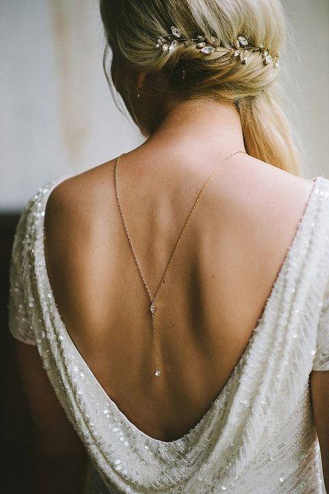 ¿Llevas vestido de novia con espalda descubierta? En Espacio Novias de Argyor te enseñamos las zonas más sexys para llevar las joyas de novia: el escote en al espalda es una de ellas.