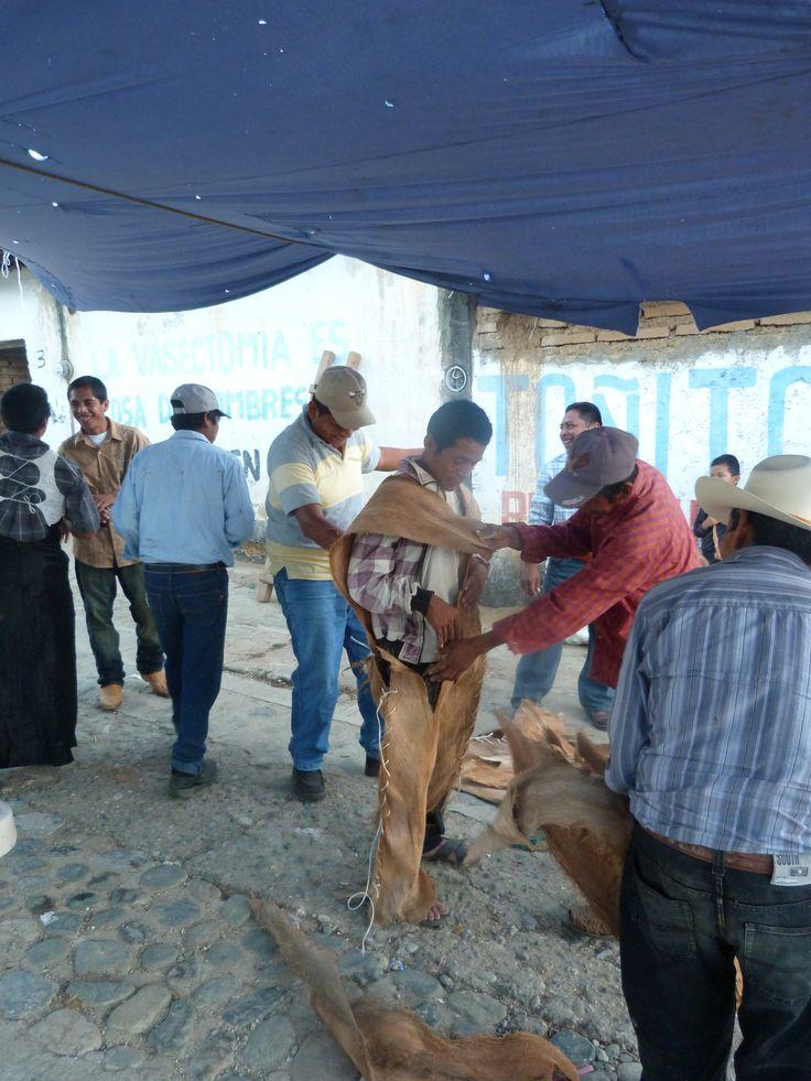 Preparación del Traje de Xayacate para la Danza, Otula, indígenas nahuas.