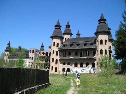 Widok zamku od strony stawu - Zamek w Łapalicach