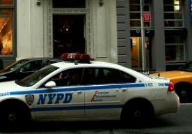 27-Oct-2013 8:26 - KINDEREN DOODGESTOKEN IN BROOKLYN. In een huis in Brooklyn zijn vannacht vijf mensen doodgestoken. Ze waren tussen de 1 en 20 jaar oud, meldt de politie van New York. Drie van hen waren al dood toen de hulpdiensten bij het huis aankwamen. Twee anderen werden naar het ziekenhuis gebracht, waar ze overleden. De politie geeft geen informatie over een verdachte, maar op foto's is te zien dat een jonge man geboeid uit het huis wordt afgevoerd. Hij zou familie zijn van een...