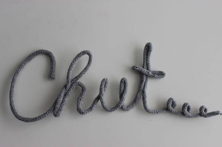 Chut... mot en tricotin laine grise pour décoration murale