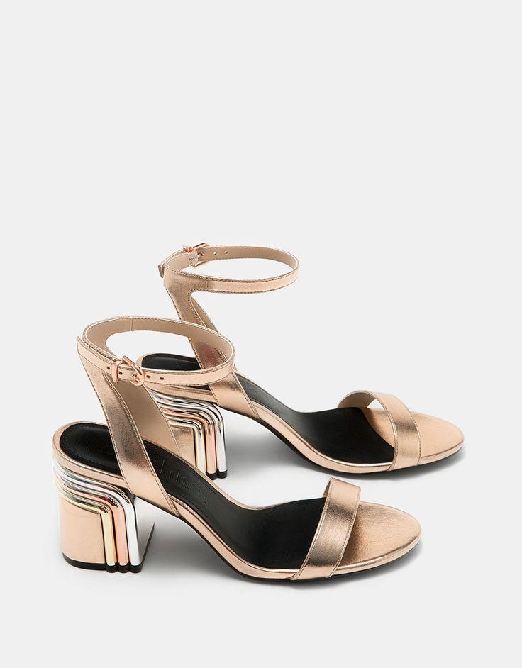 Sandalia metalizada dorada tacón medio con detalle tricolor. Descubre ésta y muchas otras prendas en Bershka con nuevos productos cada semana