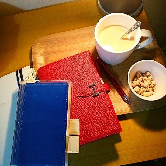 おうちカフェ🍀 スタバマグでKALDIコーヒーをコメダの豆がし(に似たもの)をおつまみにまったりしてます☺ ここ数日仕事がバタバタしたり新年会があったりでちゃんと手帳タイムとれませんでした。 これから3冊書き込みます✏ #おうちカフェ#おうちスタバ #おうちコメダ #ジブン手帳#ジブン手帳Biz#ジブン手帳同好会#ほぼ日手帳#ほぼ日#フランクリンプランナー#フランクリン手帳