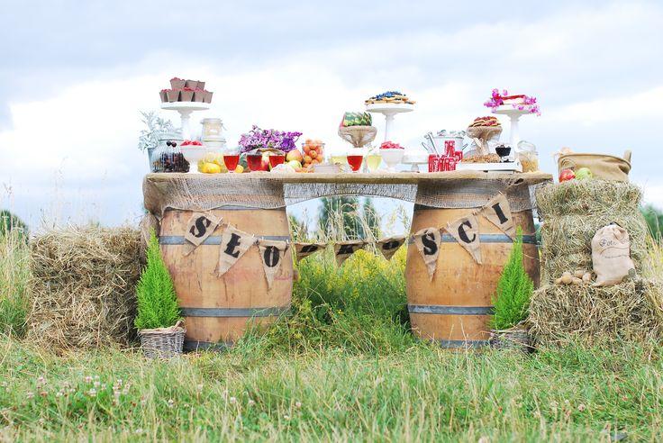 słodkości#stół#dodatki#owoce#aranżacja#rustykalnie#sielsko#naturalnie#ślub