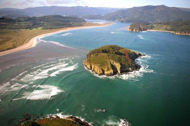 La playa de Morouzo, frente la isla de San Vicente -a la cual se puede acceder a pie con precaución durante la bajamar- brinda hermosas vistas del espacio natural de las rías de Ortigueira y Ladrido, en A Coruña