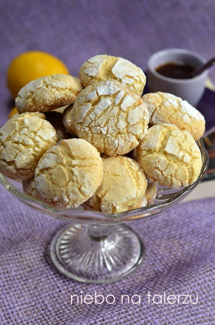Te ciasteczka cytrynowe są miękkie w środku, lekko chrupiące z zewnątrz. By podczas pieczenia popękały, ciasto trzeba mocno schłodzić. M...