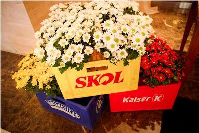As caixas de cerveja servem como lindas floreiras. Lembre-se que por mais masculino que o tema seja, flores sempre dão um colorido agradável ao ambiente.