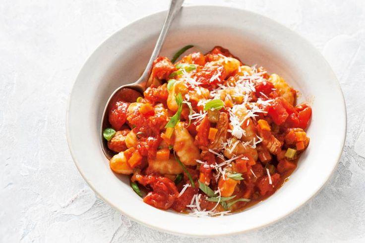 Kijk wat een lekker recept ik heb gevonden op Allerhande! Gebakken gnocchi met tomatensaus en kalkoen