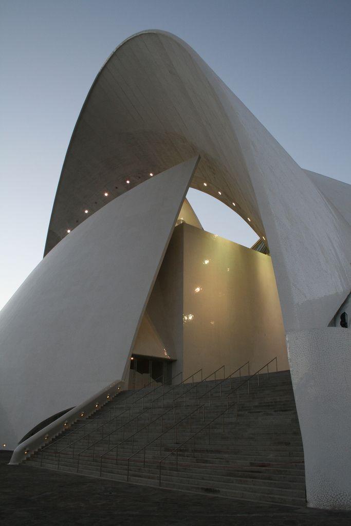 ARQUITECTO:   Santiago Calatrava LUGAR: España, Islas Canarias,  Tenerife FECHA:    2003  El majestuoso perfil del Auditorio se  ha converti...