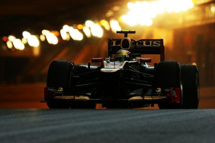Na zdjęciu, na którym pierwszy i drugi plan nachodzą na siebie, wyraźnie podkreślono tło. Zdjęcie wykonano podczas Grand Prix Monaco aparatem Canon EOS 1D Mark III, ogniskowa 800 mm, czas ekspozycji  1/800 s,  wartość przysłony f/9