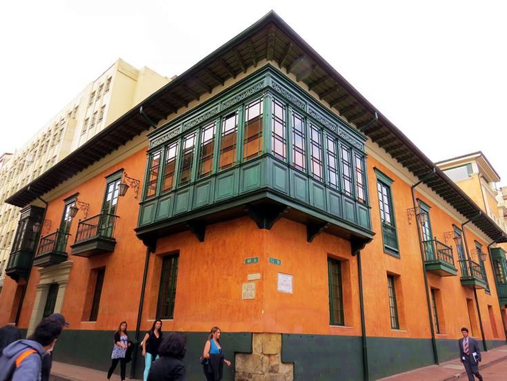18. Casa en la esquina de la carrera 6ta con calle 10ma: http://www.tuhotelbogota.co/category/plaza-de-bolivar/