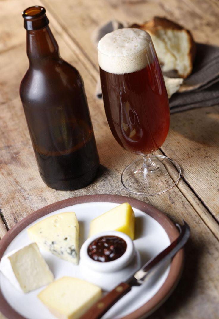 Formaggio a pasta semidura: questi formaggi tendono a diventare più friabili& piccanti con l'invecchiamento,ma si caratterizzano per un gusto dolce quando sono giovani, come ad es.il pecorino Knockdrinna Meadow, Carlow Cheese e Lavistown. Birra da abbinare: Birre più scure, soprattutto con i formaggi più stagionati. La complessità della O'Hara's Leann Folláin della Carlow Brewing Company o della Raven di White Gypsy dovrebbero abbinarsi bene a questi formaggi. #birre #formaggi #Irlanda