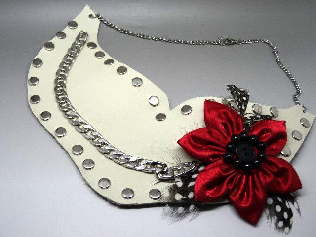 collier en cuir clouté plastron couleur blanc ivoire et rouge de la boutique bijouxencuir sur Etsy