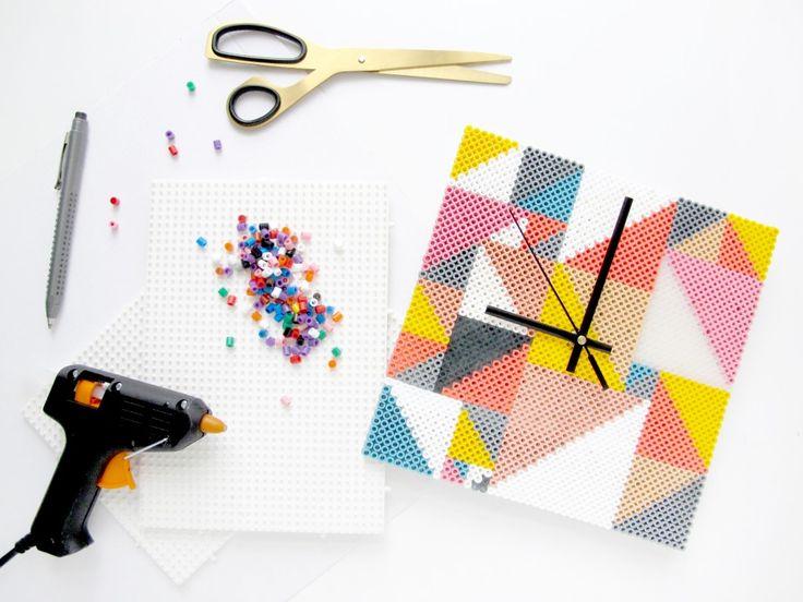 Kijk wat ik gevonden heb op Freubelweb.nl: een gratis werkbeschrijving om deze klok te maken met strijkkralen https://www.freubelweb.nl/freubel-zelf/zelf-maken-met-strijkkralen-klok/