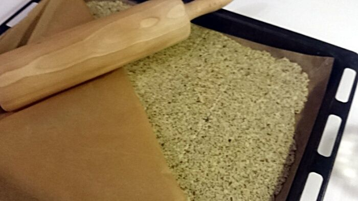 Knäckebröd med frön och havregryn  Försvinnande gott och enkelt som tusan! Om du är sugen på att göra eget knäckebröd, eller eget fröknäcke, så har jag ett superenkelt och smarrigt recept. Det innehåller bland annat havregryn, chiafrön, solrosfrön och pumpakärnor.  Du gräddar det under timmen på 160°C