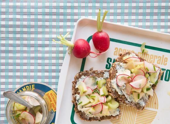 Blauschimmel-Stulle mit Apfel-Sellerie-Salat. 10 Minuten.