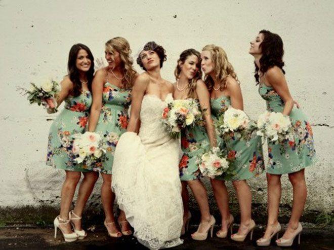 Vestidos de madrinha de casamento com modelo e cor igual (Florido).Fonte da imagem: Reprodução/marriage vows