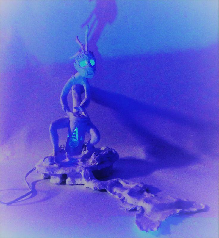 """Proceso de figura """"Dios Kokopelli""""  de la tribu indioamericana, Hopi.  Posee doble función como lampara Led y inciensero  Técnica: Modelado a mano  Tamaño: 25 cm  Materialidad: Cerámica en Frío  #kokopelli, #lampara, #figura, #inciensero, #regaloscreativos, #regalosunicos, #regalo"""