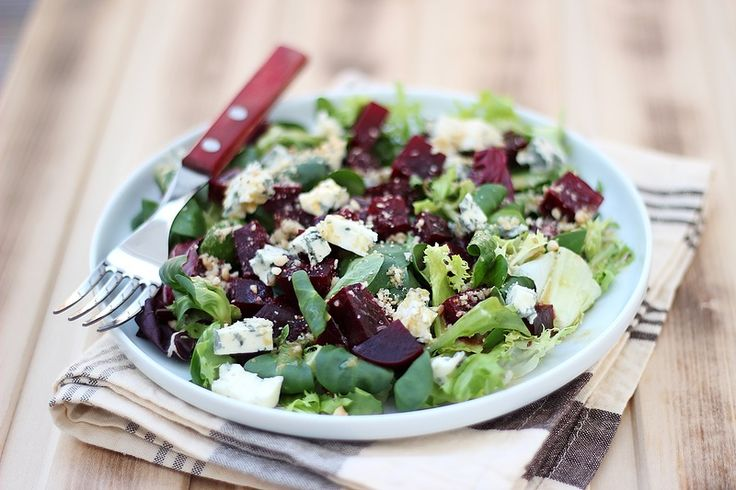 Салат со свеклой и сыром с голубой плесенью