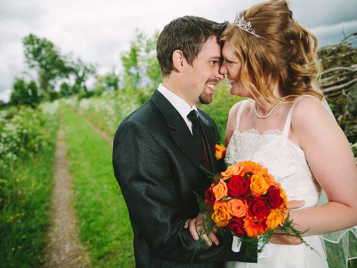 Vilket väder vi fick! På en liten grusväg ett stenkast från parets bostad. Och lika vackert som vädret var ju detta fina brudpar. <3 #bröllop #bröllopsfotograf #bröllopsfoto