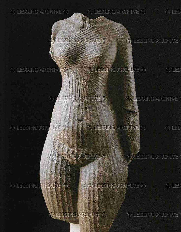 Female torso, probably Nefertiti, wife of Pharaoh Amenhotep IV / Akhenaton (1365-1347 BCE). 18th Dynasty (16th-14th BCE), New Kingdom, Egypt