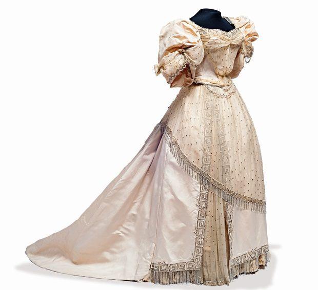 La joya de estos vestidos es uno usado por Carlota de Habsburgo. (FOTO: OMAR DUMAINE, CORTESÍA MNH, CONACULTA-INAH )