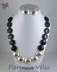 Collar y aretes en plata 950 y piedra volcánica negra. #plata, #collar, #hechoamano, #joyeríadeautor, #piedravolcánica, #reticulado.