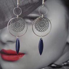Boucles d'oreilles en métal argenté et navette bleu foncé