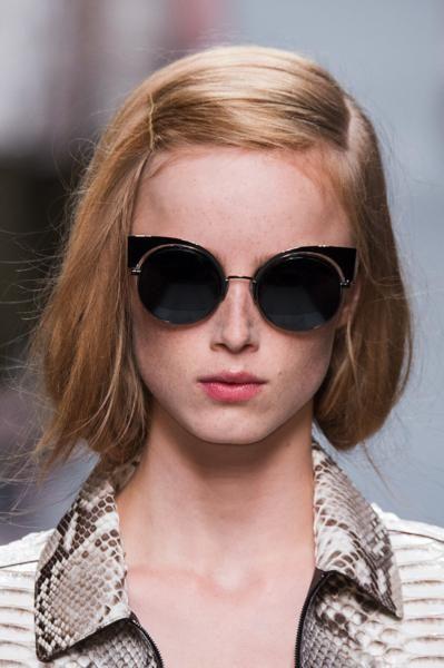 Ispirazione Downton Abbey: abiti d'epoca, tiare tra i capelli e fili di perle