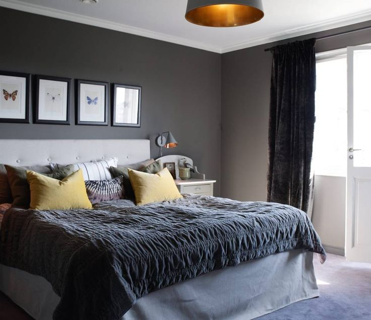 SOVEROM: Hovedsoverommet er et stort og deilig med sine 18 kvadratmeter. Rommet har en mørk fargepallett. For å skape ytterligere lunhet har de valgt å legge et heldekkende teppe i mørkegrå ull. Puter og sengeteppe er fra Verket Interiør og Au Maison. Lampen i taket er opprinnelig en helt enkel skjerm fra Ikea, men AC har spraymalt innsiden med gull.