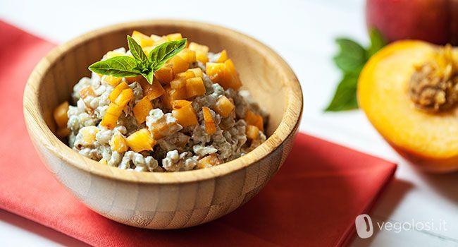 Il grano saraceno con tofu pesche e basilico è una ricetta deliziosa e perfetta per l'estate. Il mix può apparire inconsueto ma provatelo e stupitevi!