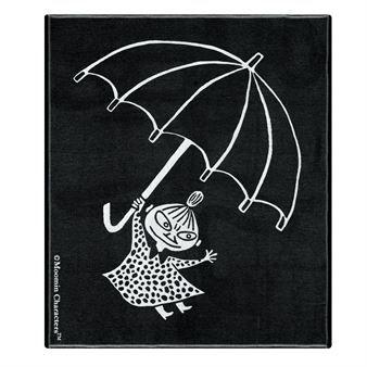 Flying lättpläd från Ekelunds Linneväveri har ett roligt motiv med Tove Janssons älskade karaktär Lilla My från serien om Mumintrollet. Den svart-vita pläden är smidig, följsam och formar sig tätt mot kroppen. Den är också en lekfull detalj för soffan, sängen eller barnrummet. Flying lättpläd är tillverkad i svenska Horred och är en eco-smart produkt. Bambuviskosen gör filten naturligt antibakteriell och reducerar dålig lukt.