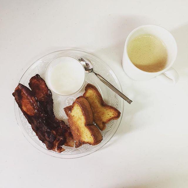 #朝ごはん #卵だけケーキ クリスピーベーコン ヨーグルト(はちみつ入り) #完全無欠コーヒー ・ ・ ・ おはようございます。 長男が食べなかったヨーグルト。 はちみつ入りで甘い… ・ 昨日の夜、寒いと言い出した長男。 微熱が… 今日は早朝から母に来てもらって、長男と留守番してもらってます。 子供の体調管理って難しい💦 ・ 私は、土曜日に大学時代の仲良し全員集合で、またまた夜出掛けました。 楽し過ぎて笑い過ぎて、最初の方は何話したか覚えてないw(←いつものこと) みんな色んな悩みやストレスを抱えて頑張ってる。でも、ちゃんと目標を持ってやってる。私も頑張ろう。 みんなに会えて最高の夜だったなぁ✨ 久々の終電!ドキドキしちゃったよ。笑 ・ 長男の事が気掛かりだけど、みんなに会えて心の充電したし、今日からまた淡々と頑張ろう。 では、行ってきます。 ・ ・ ・ #糖質制限 #糖質オフ #ローカーボ #ロカボ #MEC #MEC食 #レコーディングダイエット #ダイエット #diet  #肉 #卵 #チーズ #食卓 #テーブルコーディネート #ワンプレート #Arabia…