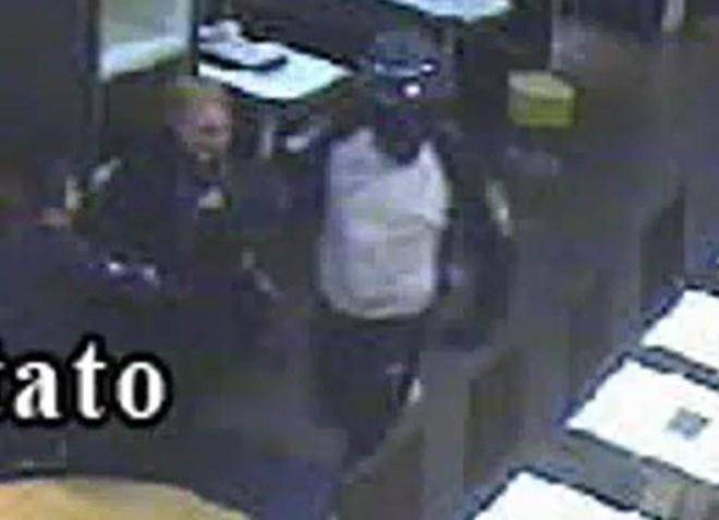 Rapina al McDonald's, nel video il terrore di una mamma/ Guarda    http://www.ilmattino.it/napoli/provincia/rapina_al_mcdonalds_nel_video_il_terrore_di_una_mamma_guarda/notizie/232746.shtml