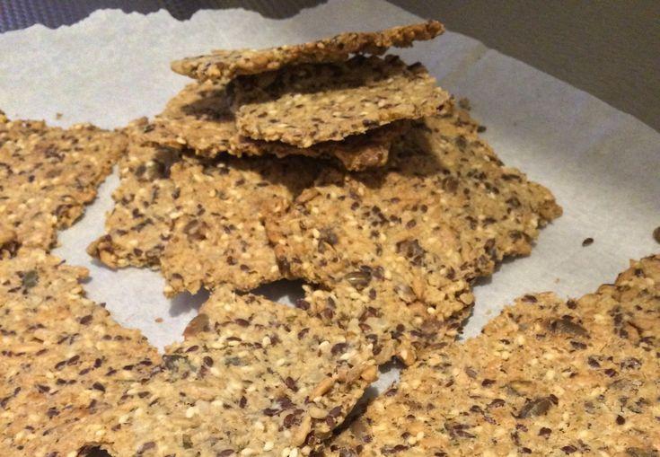 Laat ik nou een gemakkelijk recept hebben voor magische zelfgemaakte crackers die echt HEEL lekker zijn! Met oa zaden, pitten, lijnzaad en havermout #gezond