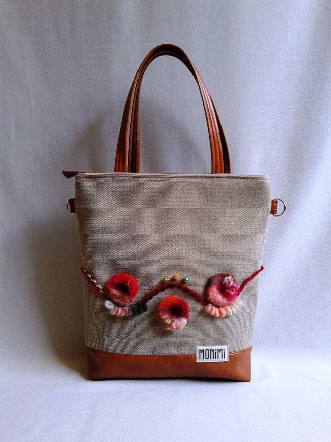 Erős jó tartású vászon anyag és textilbőr kombinációjával készült ez a táska. Virágokat nemezeltem rá. Ha valaki ezzel a táskával megy dolgozni, érezheti milyen egyedi, értékes és különleges darab tulajdonosa.