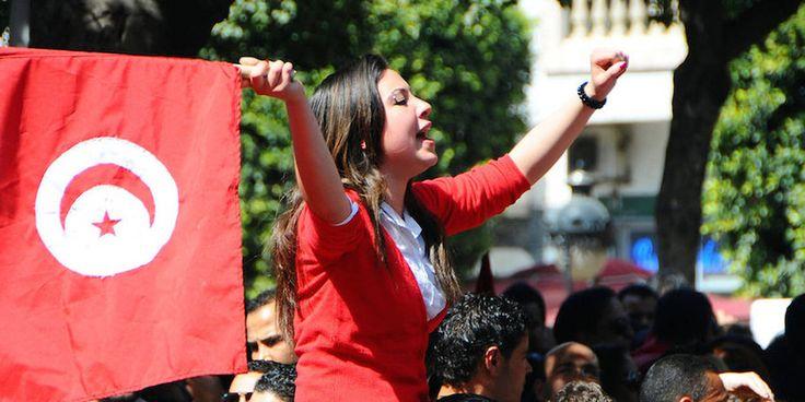(Image d\'illustration) Une femme brandit un drapeau national lors d\'une manifestation pour célébrer l\'indépendance de la Tunisie, mardi 20 mars 2012 à Tunis.