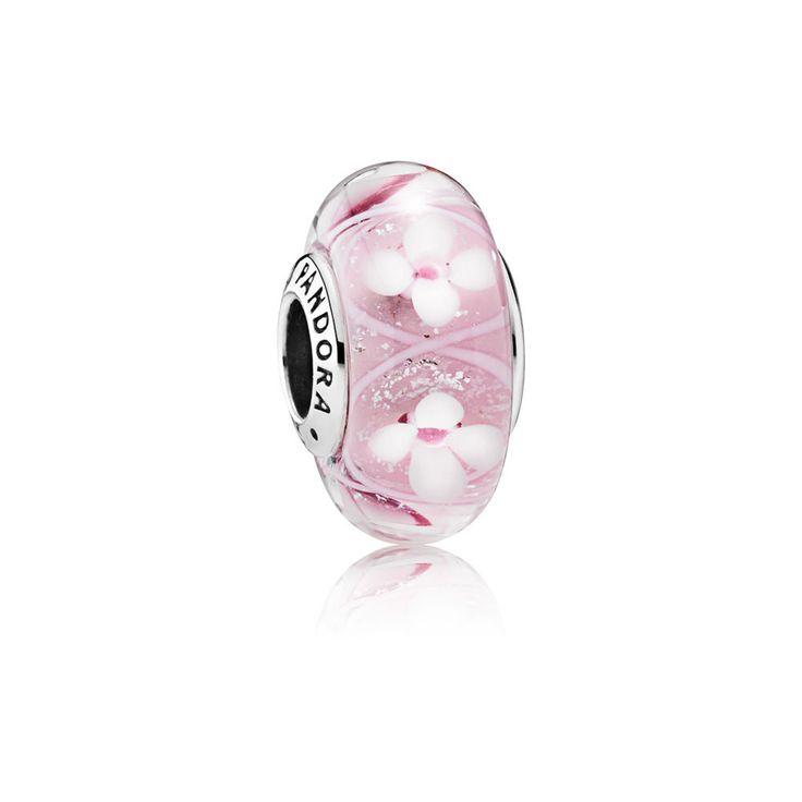 Questo affascinante charm presenta uno straordinario motivo floreale racchiuso all'interno del vetro di Murano. Il piacevole sfondo rosa fa risaltare i delicati fiori bianchi e il vetro iridescente crea l'effetto di scintillanti goccioline d'acqua.