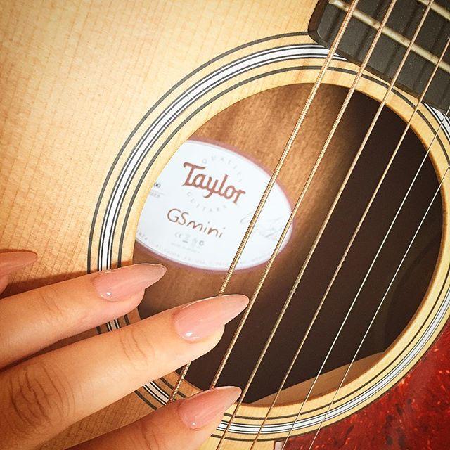 myギターちゃんと共に。やっとネイル変えれた💅 #ジェルネイル #ワンカラー #長さ出し #セルフネイル #アコギ #テイラー #gsmini