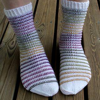 Helpot ja hauskat sukat, piristeenä raitalanka.