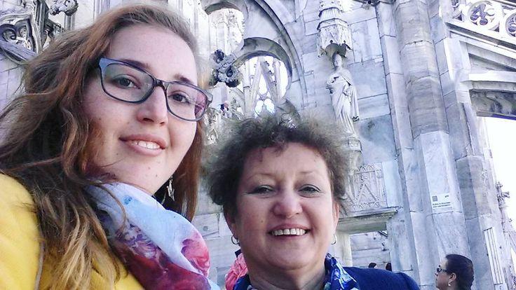 V bezpečnostních instrukcích Duoma v Miláně mají spoustu zajímavých zákazů. Překvapivě třeba člověk nemůže jezdit vevnitř na skateboardu, nepustí vás tam v motorkářské ani cyklistické helmě a na terasy vás nepustí, pokud máte vysoké podpatky. Pod vlivem aktuálních trendů už je na letáčku i zákaz selfie stick, přestože jen cestou napříč náměstím vám je nabídne ke koupi tak odhadem 15 lidí, pokud zrovna neprší. To totiž vytáhnou z tajemných bezedných batůžků okamžitě minimálně deset deštníků…