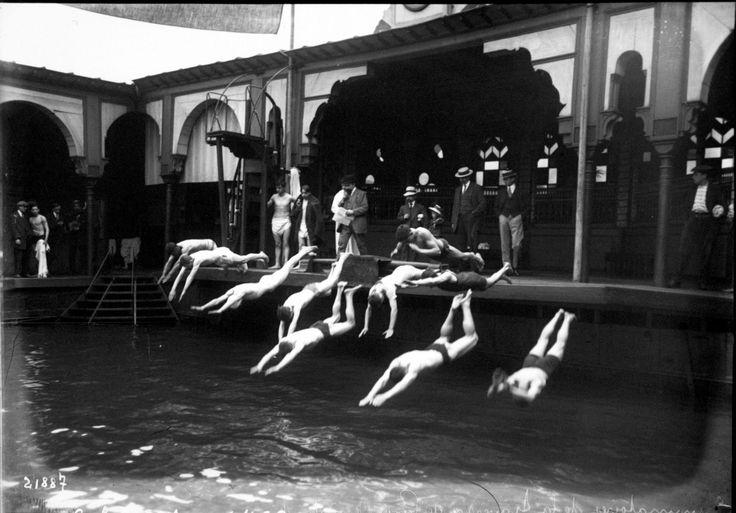 La PISCINE DELIGNY 1912  Les premiers championnats de France du 100 mètres nage libre s'y dérouleront en août 1899. La piscine Deligny fut également le lieu des épreuves de natation des Jeux olympiques de 1900.