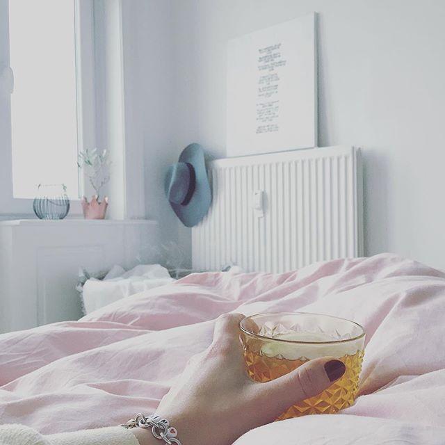 Der Moment wo du morgens in Trance realisierst,dass heute Feiertag ist - herrlich  Guten Morgen ️  #bedroom #decor #details #easter #germaninteriorbloggers #goodmorning #gutenmorgen #home #homeinspo #instahome #instamood #interieur #interior #interiordesign #karfreitag #myhome #ostern #teatime