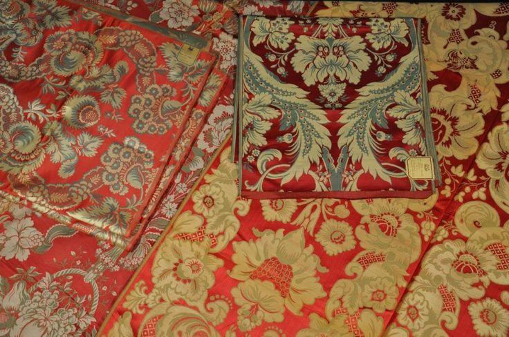 Réunion de SIX LAISES de LAMPAS de différents modèles, style du XVIIIème siècle, fond satin rouge, décor crème et vert. - Rouillac - 16/02/2015