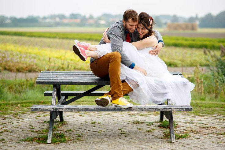 Trouwen bij Buitenplaats Plantage | Bruidsfotografie Mon et Mine | Lekker op je trouwdag op All-Stars lopen en waarom niet 2 trouwjurken in plaats van 1?